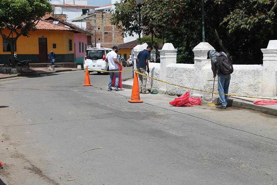 Jornada de limpieza y mantenimiento en el puente de La Cochera